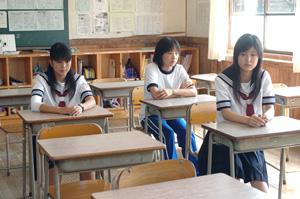 教室の三人ーs.jpg