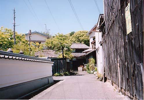 木の塀と寺
