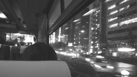 深夜バスの窓外.jpg