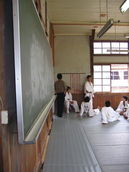 黒板と柔道生徒.jpg