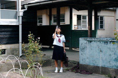 夏美と校舎.jpg