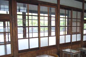 木製の窓s.jpg