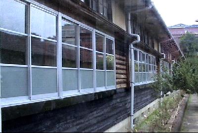 窓ー外から.png