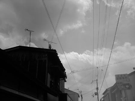 黒い家と雲BW.jpg